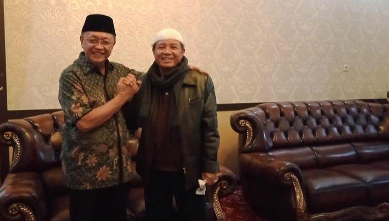 Gubernur Jambi Fachrori Umar dan Bupati Sarolangun Cek Endra tampak mesra dalam sebuh pertemuan di rumah dinas Bupati Sarolangun.