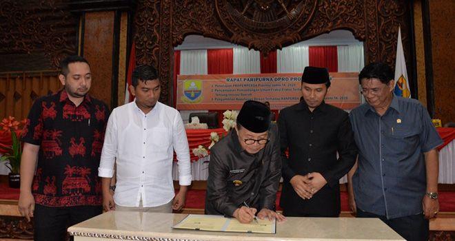 Gubernur Jambi Fachrori Umar menandatangani besaran anggaran 2020 di dampingi pimpinan DPRD Provinsi Jambi dalam sidang paripurna DPRD Provinsi Jambi kemarin (22/11).