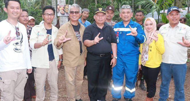 Bupati Tanjabbar, Safrial, foto bersama dengan KUB Haji Bangun di Area Perkebunan Panting Nol, Dusun Sungai Haji, Desa Sungai Terap, Kecamatan Betara, Tanjabbar, Minggu (24/11) kemarin.