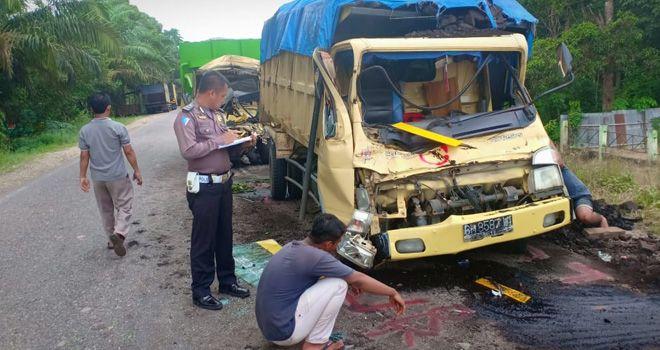 Petugas dari Satlantas Polres Batanghari melakukan olah TKP usai terjadinya lakalantas yang mengakibatkan satu orang sopir truk tewas.