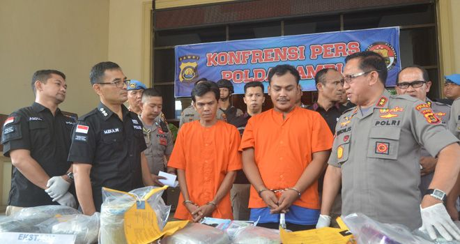 Tersangka kurir narkoba asal Malaysia yang diamankan petugas baru-baru ini. Untuk mengungkap kasus narkoba ini, Diresnarkoba Polda Jambi akan memburu Bandar narkoba tersebut hingga ke Malaysia.