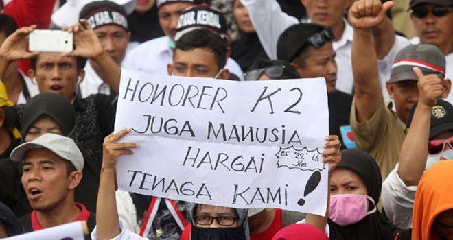 Masa Honorer K2 menggelar aksi damai didepan Istana Merdeka, Jakarta, Selasa (30/10). Mereka menuntut agar diangkat menjadi PNS.