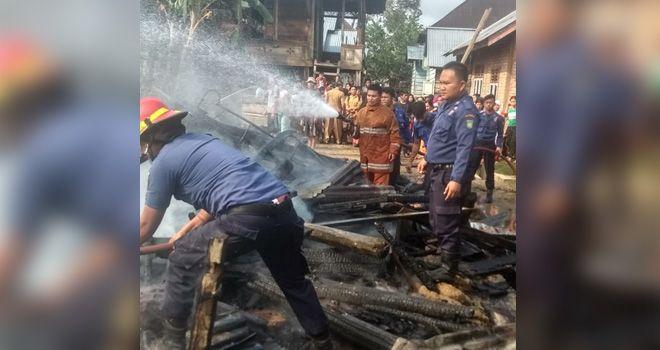 Dua rumah semi permanen di Bungo rata dengan tangan setelah diamuk oleh sijago merah, beruntung tidak ada korban jiwa dalam kejadian ini.