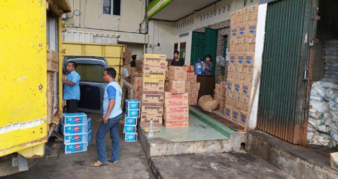Gudang sembako di wilayah Kenali Asam Bawah, Kecamatan Kota Baru disegel Satpol PP (2/12) karena tidak memiliki izin.