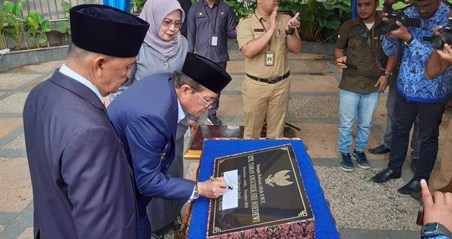 Gubernur Jambi Fachrori Umar meresmikan Ruang Terbuka Hijau (RTH) Taman Anggrek Sri Soedewi, Selasa (3/12).