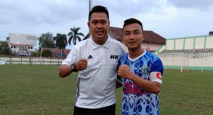 Sekretaris Askap PSSI Kerinci Heri Kiswanto bersama Kapten PS Kerinci di turnamen Pra Porprov Jambi beberapa waktu lalu.