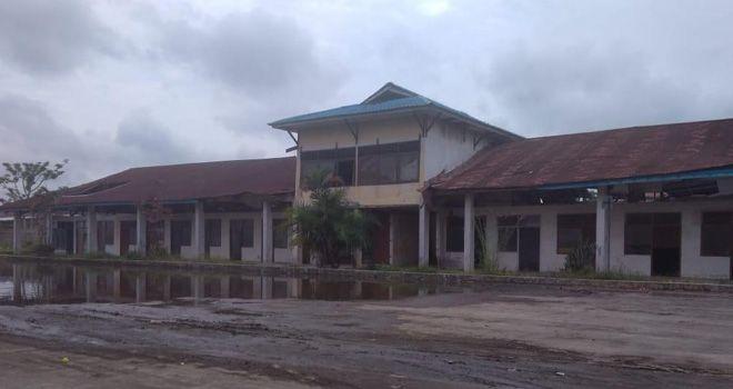 Terminal yang berada di Jalan Prof Sri Soedewi, MS, SH ini, bangunan dibagian atap nya sudah banyak mengalami kerusakan.