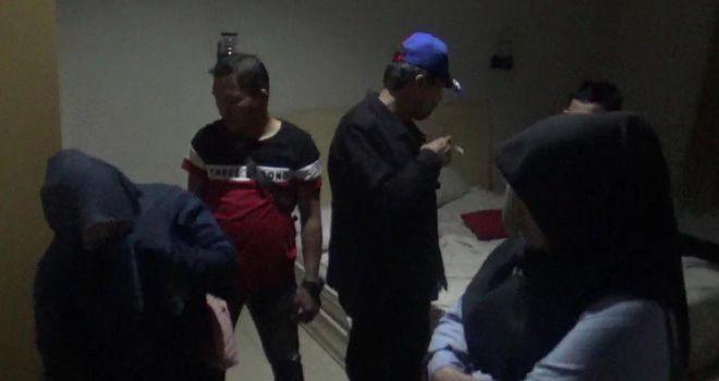 Petugas dari Polda Jambi saat melakukan razia di sejumlah hotel melati dalam Kota Jambi. Dari razia ini diamankan lima pasang diduga mesum.