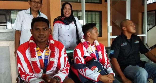 Dua atlet Jambi peraih medali emas di SEA Games 30 tahun 2019 di Filipina, mendarat di Bandara Sultan Thaha Jambi, Rabu (4/12).