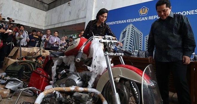 Menteri BUMN Erick Thohir dan Menteri Keuangan Sri Mulyani dalam konferensi pers motor Harley Davidson milik Dirut Garuda Indonesia, I Gusti Ngurah Askhara Danadiputra alias Ari Askhara.