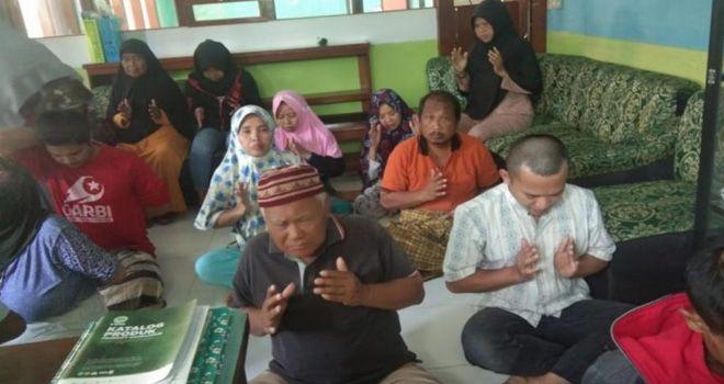 IStimewa PENGOBATAN.Beberapa orang sedang mengikuti pengobatan jiwa di Klinik Pengobatan Alternatif Rumah Solusi Himatera Indonesia (RSHI) Cigugur beberapa waktu lalu.