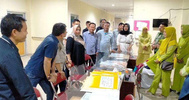 Ketua Komisi IV DPRD Provinsi Jambi, M Khairil dalam sidak itu turun bersama Wakil Ketua dan Sekretaris Komisi IV, Nurhayati dan Ririn Novianti serta anggotanya yakni Apriodito, Khafid Moein, Supriyanto, Nur Tri Kadarini. Tampak juga Drg Iwan, Plt Direktur Rumah Sakit ikut mendampingi Sidak tersebut.