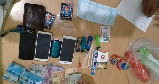 Sepasang kekasih diamankan petugas saat Operasi Pekat, karena memiliki tujuh paket kecil sabu bersama barang bukti lainnya.