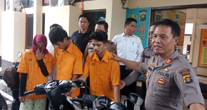 Penyidik tunggu petunjuk jaksa, ketiga tersangka masih ditahan di Mapolsek Telanaipura.