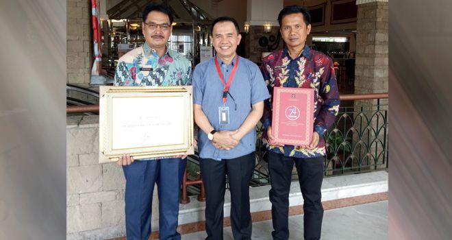 Penghargaan Kabupaten peduli HAM tersebut diserahkan oleh Dirjen Menteri Hukum dan HAM, kepada Bupati Kerinci, Adirozal di Jakarta, Selasa (12/12/2019).