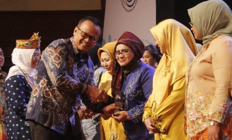 Rahima Dianugerahi Penghargaan Kampanye Makan Ikan oleh Menteri KP.
