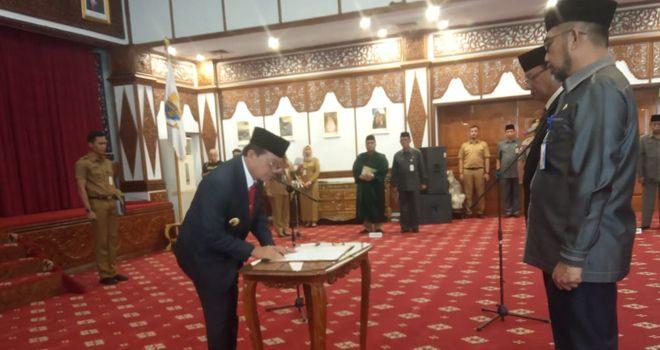 Gubernur Jambi Fachrori Umar resmi memberhentikan Sekda Provinsi Jambi M.Dianto.
