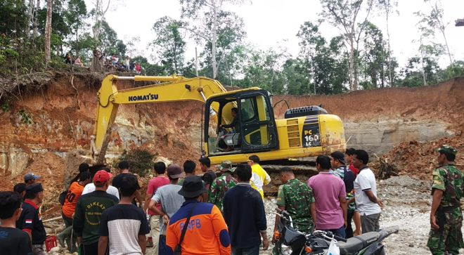 Proses pencarian penambang yang terkubur longsoran tanah akibat Penambangan Emas Tanpa Izin pada Sabtu (21/12/2019) lalu kembali dilanjutkan oleh BPBD Merangin.