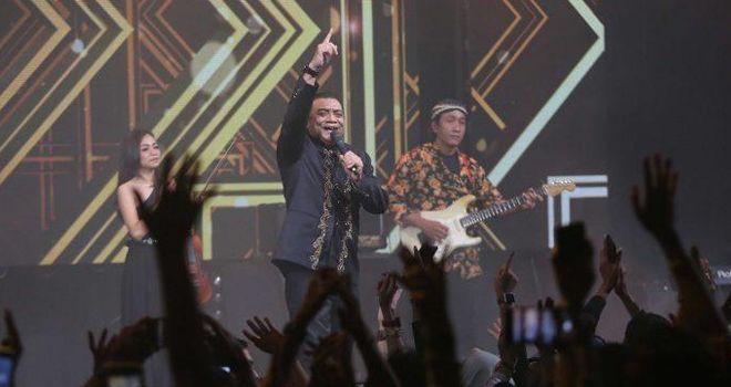 Penyanyi jawa Didi Kempot menggelar konser di Live Space SCBD, Jakarta, Jumat (20/9). Dalam konser bertajuk Konangan, penonton sudah mulai berkumpul sejak sore hari. Belum lagi Didi naik ke atas panggung, penonton sudah karaoke berjemaah lagu-lagu Didi. Penantian mereka terbayar beberapa saat kemudian. Didi membuka malam dengan lagu Sewu Kutho. Ramainya penonton, membuat suara Didi justru kalah dengan suara nyanyian penonton bersama. Jakarta jadi ambyar dengan nyanyian Lord Didi.