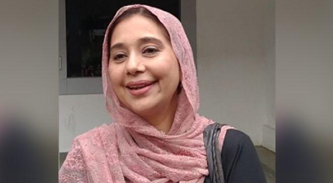 Artis peran Ayu Azhari saat menjenguk Ibra Azhari dan Medina Zein, Selasa (31/12).