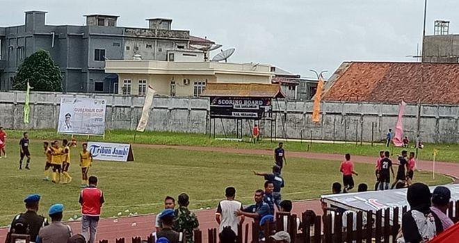 PS Merangin tampil menggila dalam pertandingan kontra PS Sarolangun Gubernur Cup Jambi 2020 di stadion Tri Lomba Juang KONI Jambi, sore ini (9/1).