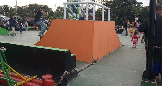 Arena skeatboard yang di bangun melalui PUPR Kota Jambi di Danau Sipin mengalami retak.