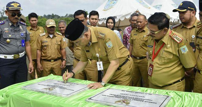 Walikota Jambi Syarif Fasha meresmikan empat jembatan yang dibangun melalui APBD 2019, kemarin (14/1).