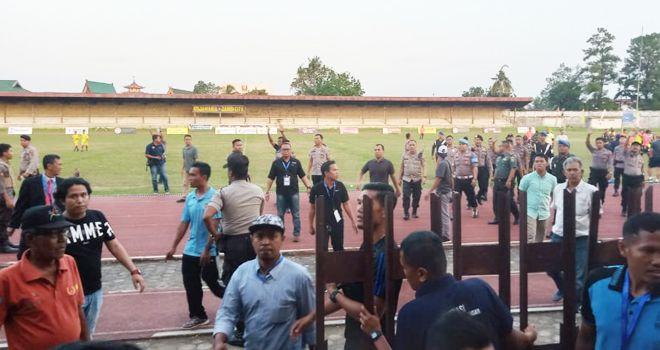Para pemain Tanjabbar langsung mengejar sang wasit yang diikuti sejumlah official tim.