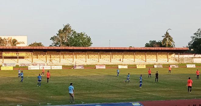 PS Tanjab Barat pun mendapat penalti karena dilanggar di kotak terlarang. Sang eksekutor penalti pemain nomor punggung 7 pun berhasil mengubah kedudukan menjadi 1-0.