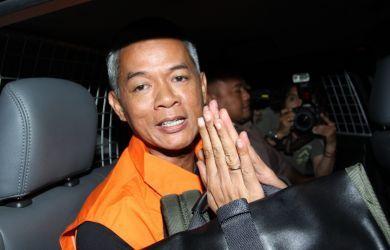 Komisioner KPU Wahyu Setiawan masuk ke dalam mobil tahanan diyang menjemputnya di Gedung KPK, Kuningan Persada, Jakarta Selatan, Kamis (9/1/2020) malam.