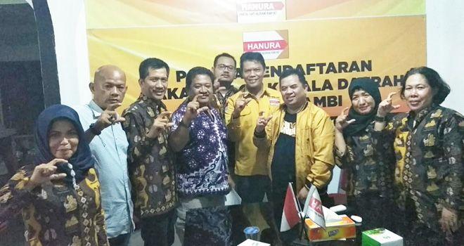 Kedatangan Tim Keluarga Cek Endra yang dikomandoi oleh Iskandar, disambut oleh Ketua DPD Partai Hanura Provinsi Jambi, M. Yusup dan tim penjaringan.