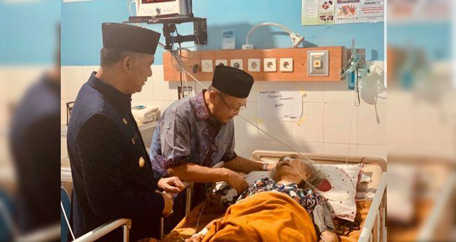 Walikota Jambi Sy Fasha saat menjenguk orang tua Bupati Sarolangun Cek Endra di RS DKT Jambi.