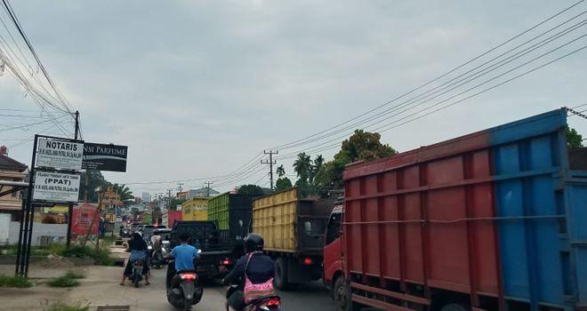 Kemacetan parah arus lalulintas terjadi di jalur kawasan Mendalo hingga menuju ke arah Simpang Rimbo, siang ini (18/1).