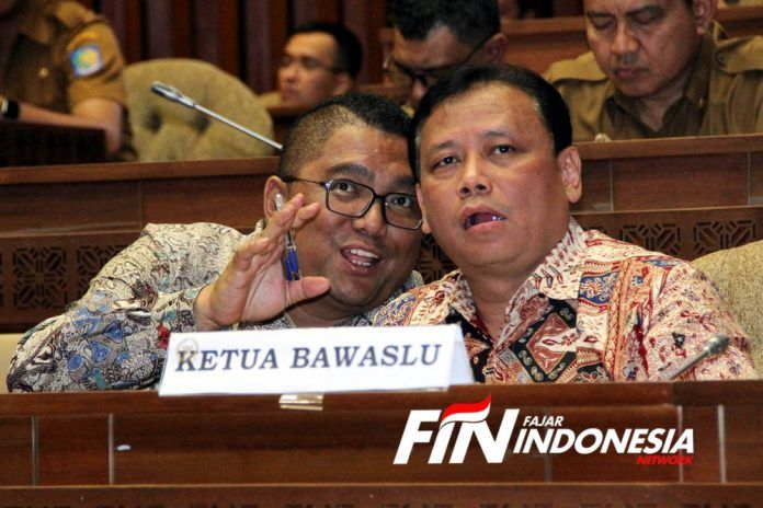 Ketua Badan Pengawas Pemilu, Abhan mendengarkan penjelasan Ketua KPU, Arief Budiman dalam Rapat dengar pendapat (RDP) dengan Komisi II DPR RI di Gedung Parlemen, Senayan Jakarta, Senin (11/11/2019).