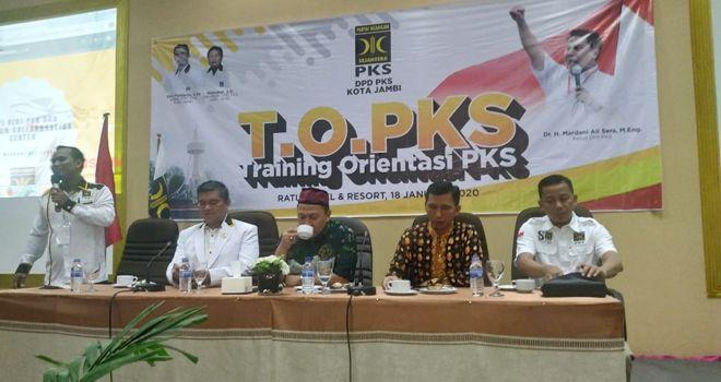 Acara yang digelar di aula Sumatera Hotel Ratu Jambi ini dihadiri ratusan simpatisan dan anggota PKS se Kota Jambi dan Pengurus Provinsi Jambi, Sabtu (18/1).