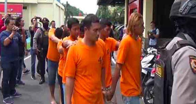 Para pelaku pengeroyokan terhadap buruh pabrik.