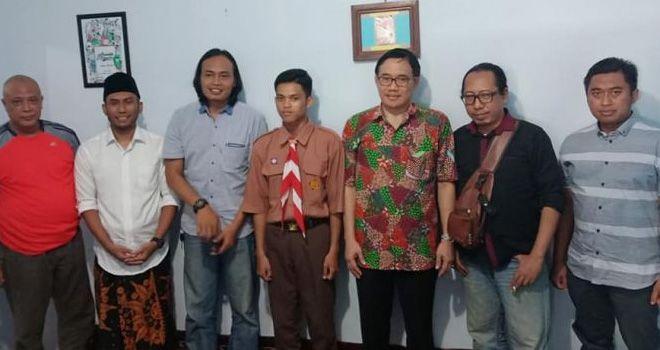 Aji Prasetyo bersama kawan-kawan kuasa hukum ZA menemani Prof Hariyono mengunjungi rumah ZA.
