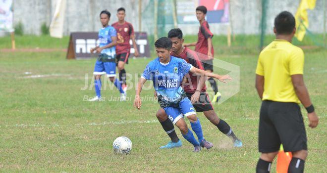 Kick babak kedua pertadingan semifinal Gubernur Cup 2020 sore ini (19/1), di stadion Tri Lomba Juang, antara PS Kerinci berhadapan dengan PS Muaro Jambi, dimulai.