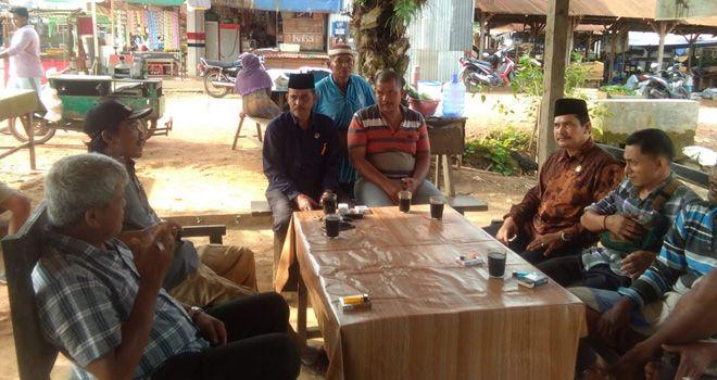 Anggota DPRD Muaro Jambi Dapil Sungai Gelam, Fathuri berdialog dengan pedagang untuk mencari solusi permasalahan tersebut.