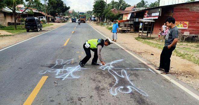 Satlantas Polres Muaro Jambi melakukan oleh TKP usai terjadinya kecelakaan maut yang mengakibatkan dua pemotor tewas.