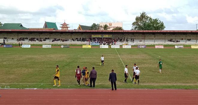 Dipenghujung babak pertama, pertandingan terpaksa dihentikan sementara. Hal ini dipicu karena para pemain PS Merangin tidak terima dengan keputusan wasit.