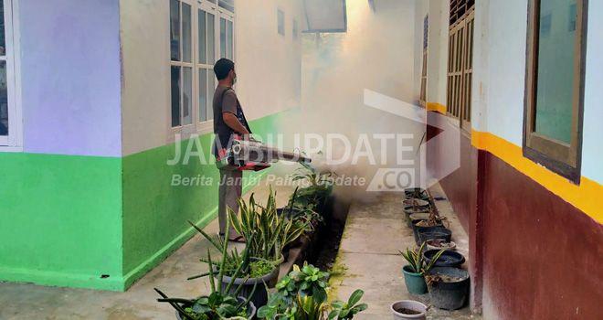 Petugas dari Dinkes Muaro Jambi, saat melakukan fogging ke rumah warga.