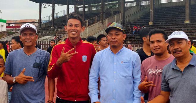 Hari Nur Yulianto (Jaket Merah), Pemain PSIS Semarang Yang Bantu PS Merangin Juara GC 2020.