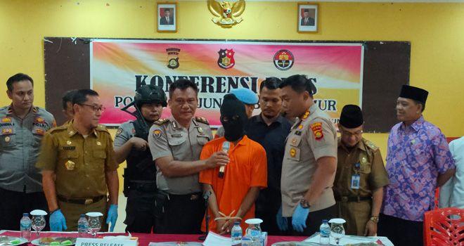 Pelaku penista agama yang sempat buron selama delapan hari akhirnya berhasil ditankap Tim Reskrim Polres Tanjabtim. Saat ini tersangka diamankan di Mapolres Tanjabtim.