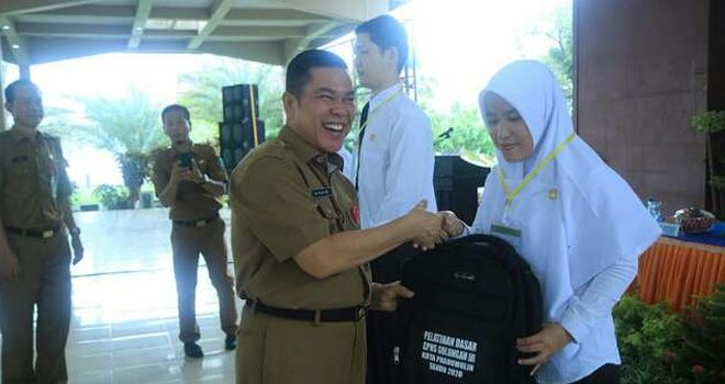 Ratusan Calon Pegawai Negeri Sipil (CPNS) kota Prabumulih mengikuti pembukaan kegiatan Pelatihan Dasar CPNS Kota Prabumulih tahun 2020 di Pendopoan Rumah Dinas Walikota Prabumulih, Senin (10/2/2020).