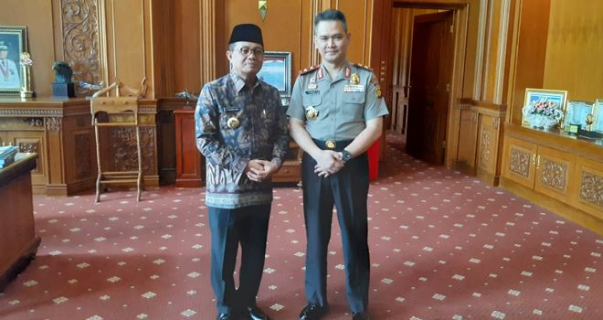 Kapolda Jambi Inspektur Jenderal Polisi Firman Santyabudi melakukan kunjungan ke Kantor Gubernur Jambi untuk bersilaturahmi dengan Gubernur Fachrori Umar (13/2).