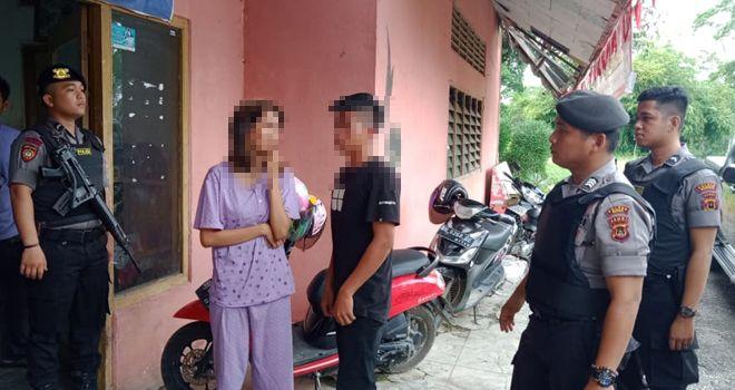 Sepasang kekasih ditangkap warga karena kedapatan bercumbu di bumi perkemahan Cadika, Kecamatan Rimbo Tengah, Kabupaten Bungo, Kamis (13/02) sekira pukul 10.35 WIB.