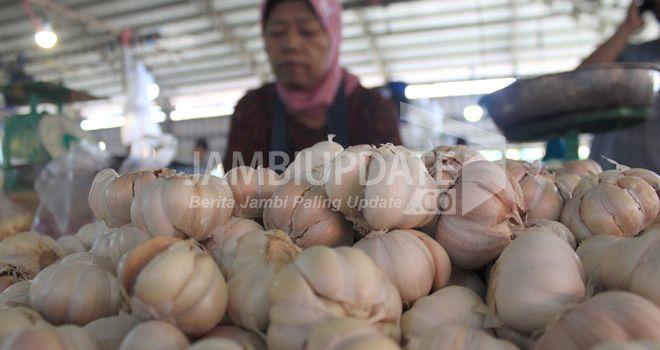 Pedagang menunggu pembeli bawang putih di Pasar Angso Duo.