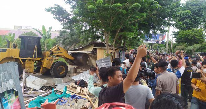 Eksekusi tanah yang berada di samping Rumah Sakit Siloam, Paalmerah Kota Jambi, nyaris ricuh Kamis (13/2).