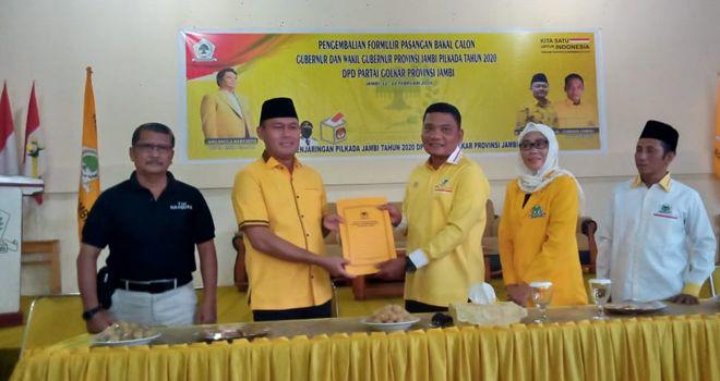 Sukandar yang mendatangi DPD I Partai Golkar Provinsi Jambi untuk mengembalikan formulir pendaftaran penjaringan kandidat, Jumat (14/2).